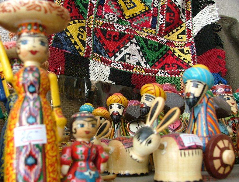 Деревянные игрушки и таджикский узор.