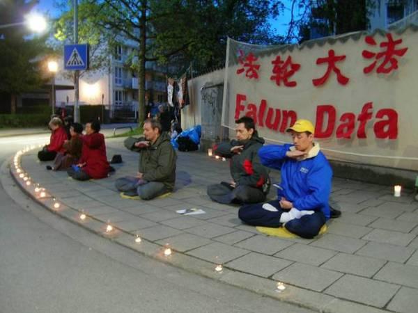 практикующие Фалуньгун в Мюнхене перед китайским посольством, 2009