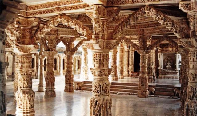 Внутреннее убранство храма Дилвара