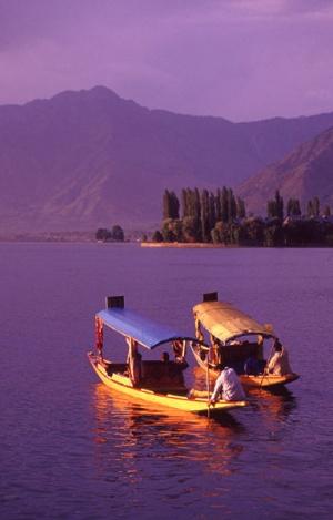 Шикхары на озере Дал