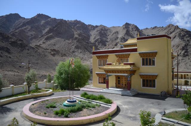Здание для медитации, на заднем плане здание с комнатами