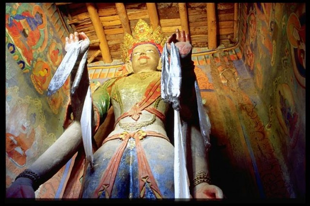 Внутри одного из храмов в Алчи