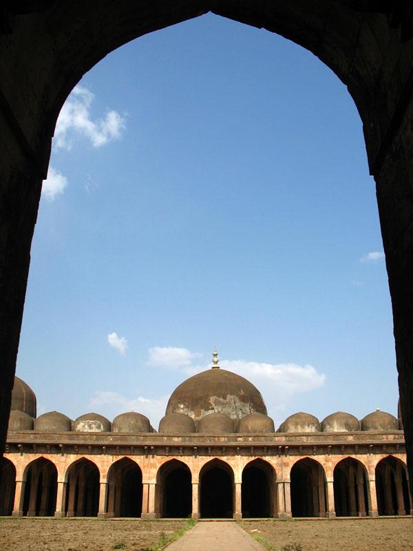 Манду. Мечеть Джами Масджит. Монументальность