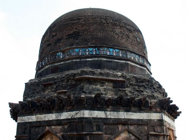 Вот такая изящная отделка голубой эмалью украшала раньше большинство куполов в Манду
