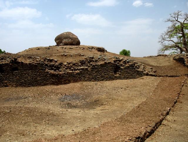 А иные и вовсе занесены землей - торчит лишь купол