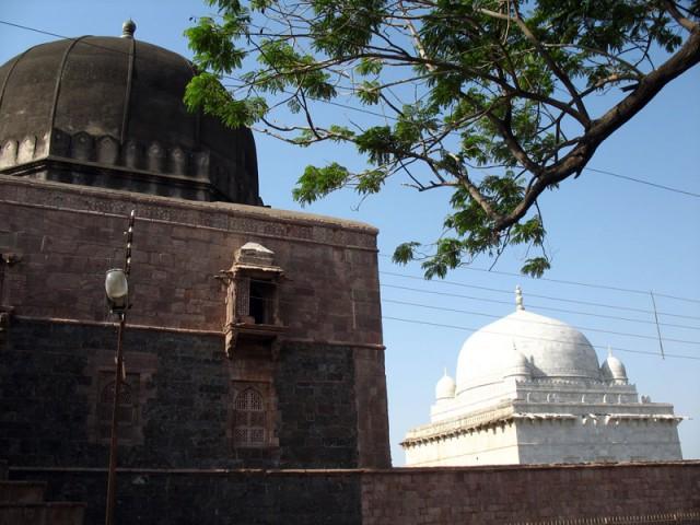 """""""Тяжеловесная"""" Джами Масджит и белоснежный купол гробницы Хошанг Шаха - последнее, что мы видим, уезжая из Манду"""