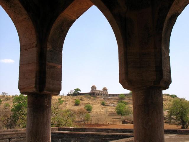 А из этого дворца виден дворец Рупмати