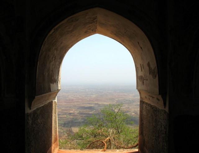 Вид из дворца Рупмати на долину Нармада