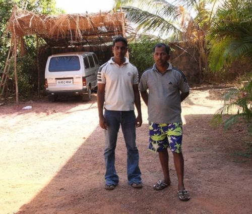 Мандрем. Бравые таксеры:) на фоне индийского гаража:)