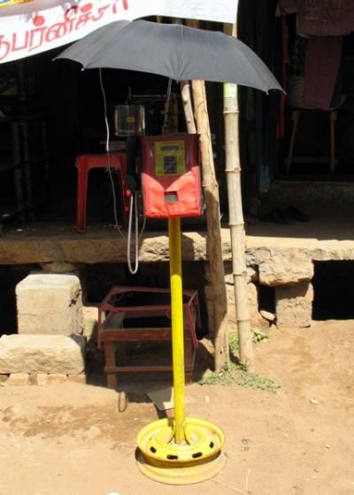 Уличный телефон под зонтиком. Танжавур