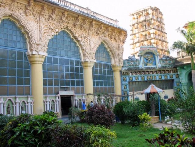 Сад в дворцовом комплексе. В этом павильоне располагается художественная галерея