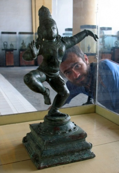 А это, наверное, Кришна, танцующий на головах змея Калии. Только где же сам Калия?