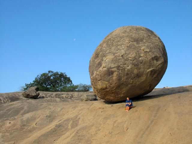 А этот каменный шар называется «масляный шар Кришны»