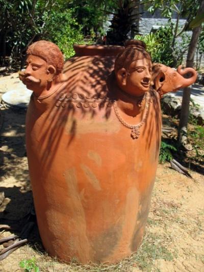 Кувшин в культурном центре «Дакшиначитра»