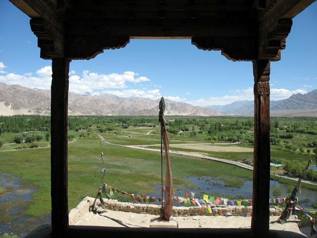 Вид со стороны входа во дворец на долину реки Инд