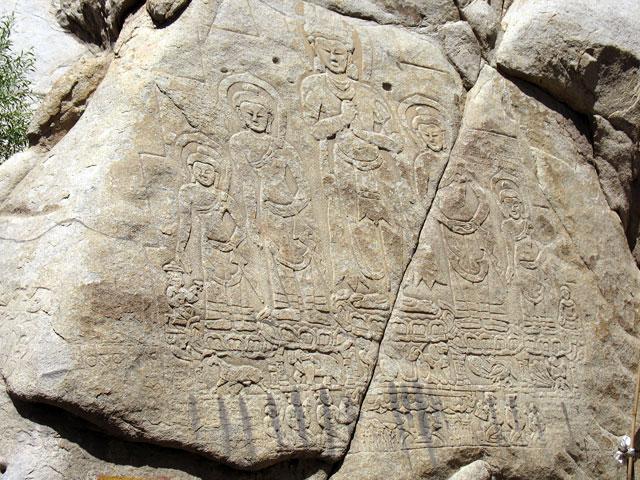 Рельеф на скале рядом с дворцом в Ше