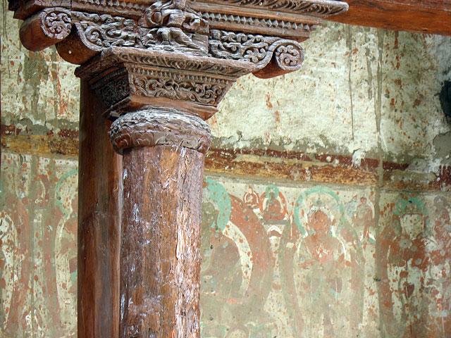 Резная колонна и следы росписей в монастыре Алчи. Ладакх