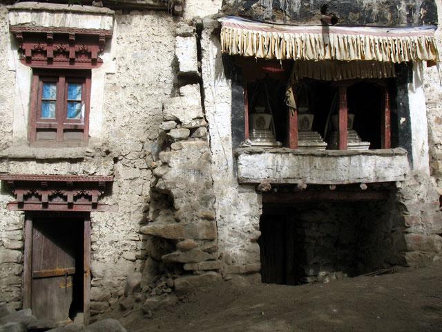 Старый алтарь со ступами в Чангспе. Таких сооружений здесь много