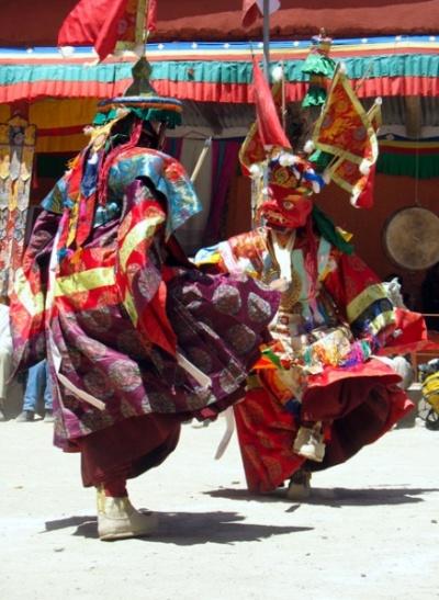 С флагами на голове и валенками на ногах монахи исполняют «танец лам»