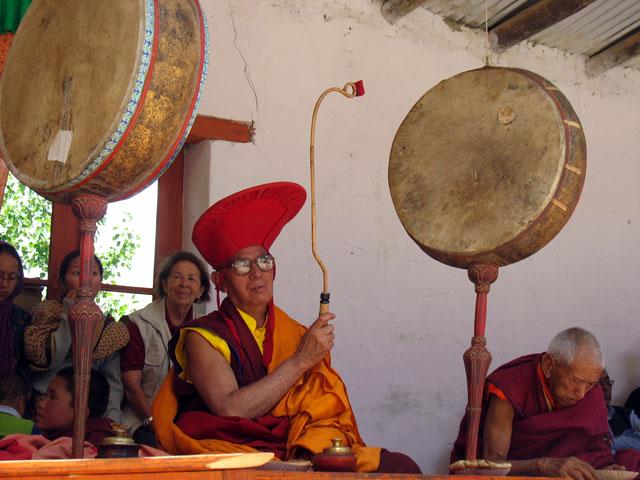 Танец масок сопровождает бой барабанов…