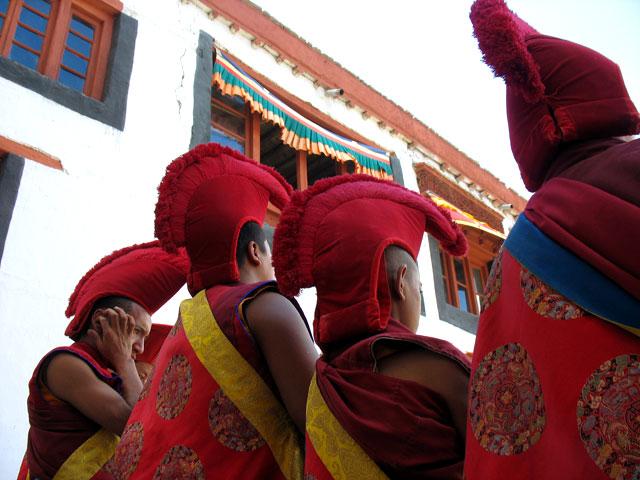 Монахи-красношапочники, монастырь Пьянг, Ладакх