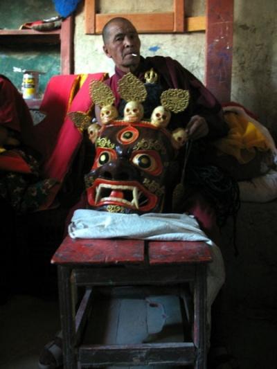 «за кулисами» танца масок, монастырь Пьянг, Ладакх