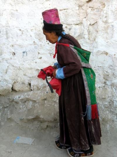 Ладакхская бабушка в ладакхском костюме