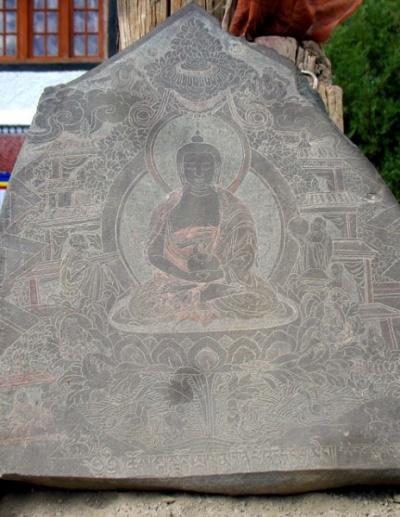 Резьба по камню, около одного из залов монастыря Пьянг