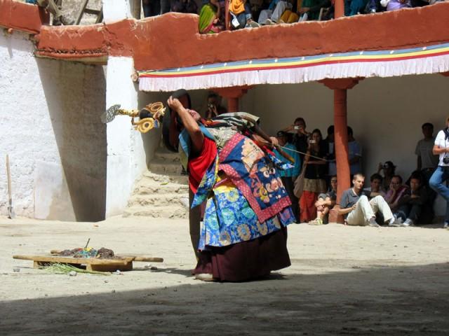 Тела исполнителей «танца лам» порой изгибаются неестественным образом