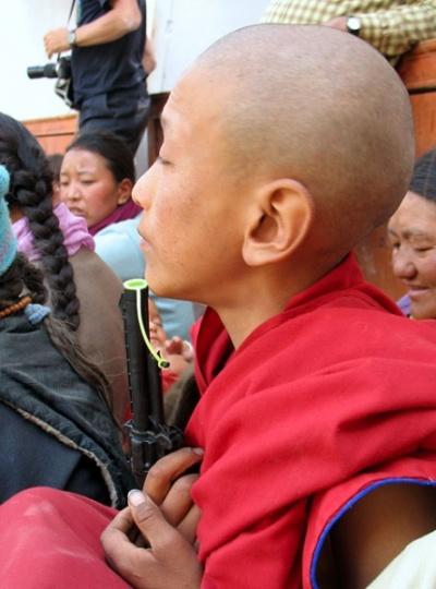 Молодой монах с пистолетом. А вы говорите – ахимса…
