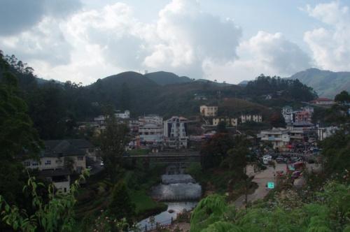 Городок прячется между холмами - это центр-торговая зона