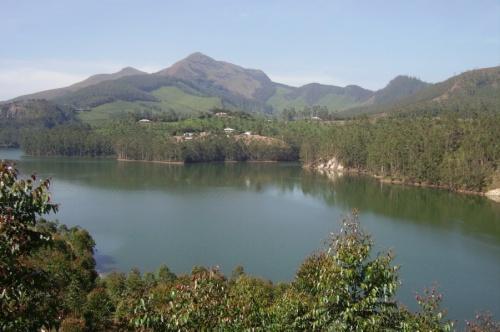 Вот вдоль этого озера нас и катали