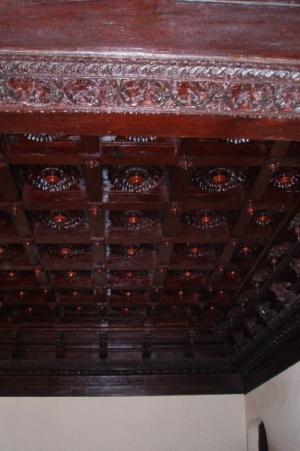 Резеные потолки - красотищща. Но мрачновато.