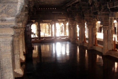 А вот и танцевальный зал. Представляю, как на этом зеркальном полу смотрелись танцовщицы в ярких костюмах