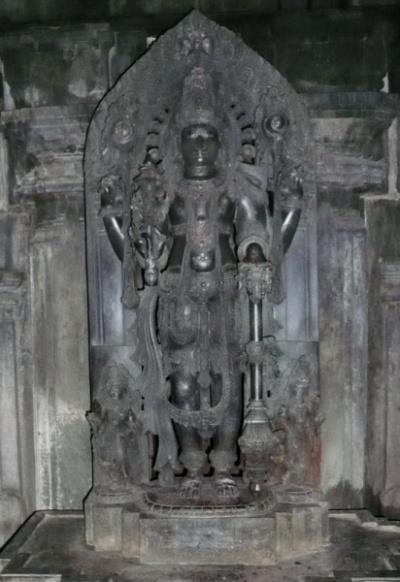 Внутри три святилища - в каждом свой идол