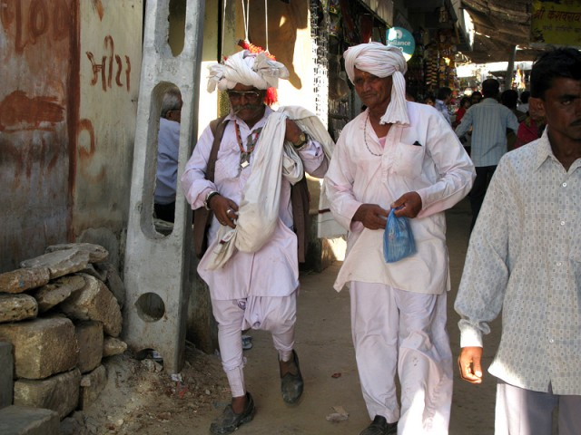 Гуджаратцы возвращаются из храма на Бет Двараке