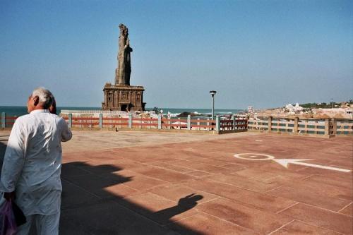 приветствие человека и статуи