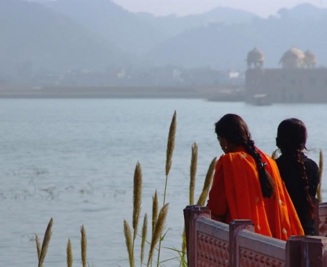 Девушки у озера. Jal Mahal