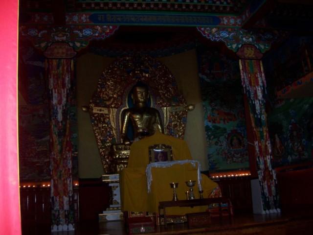 Дхарамсала Статуя Будды и фотография Е.С. Далай Ламы в Норбулинке