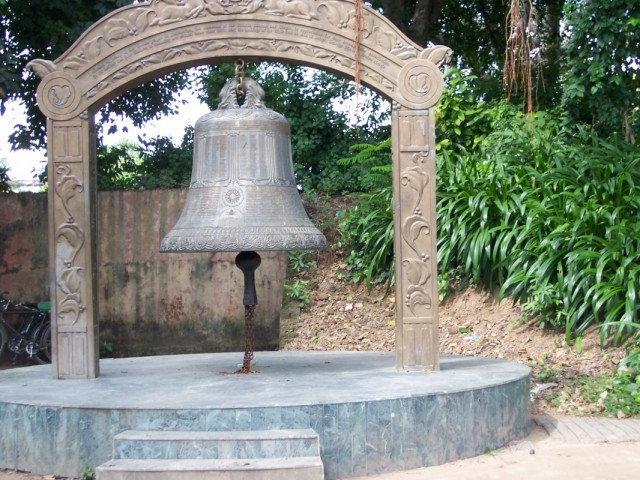 Кушинагар Колокол около Храма Махапаранирваны Будды