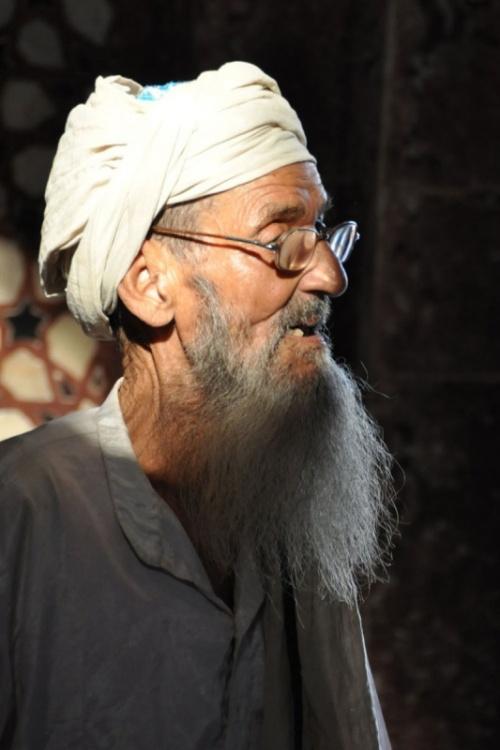 Старик в мечете. Фатехпур Сикри.