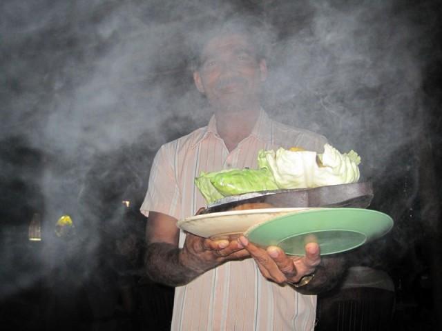 А шеф-повар радовал горящим и дымящимся сиззлером