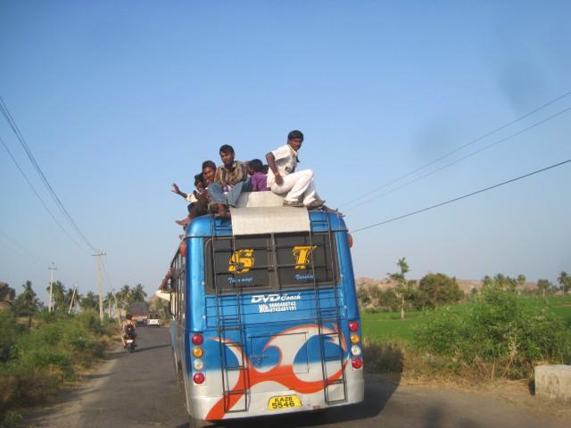 индусы путешествуют на крыше автобуса , обычное дело))