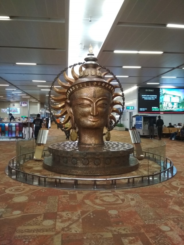 монумент в аэропорту Дели