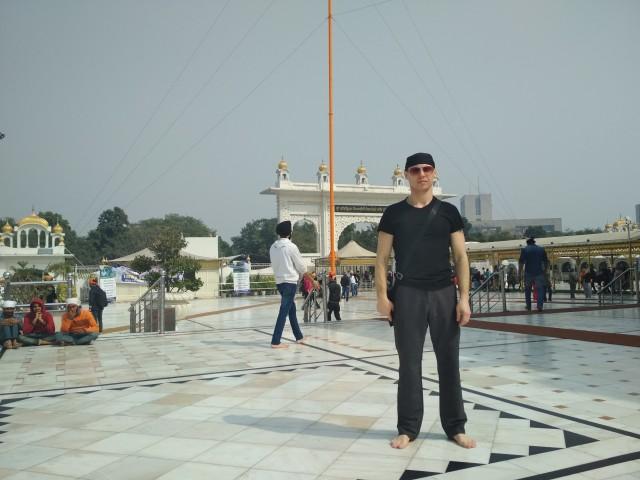на территории храма Гурудвару Бангла Сахиб