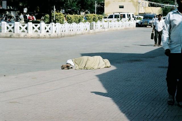 Спящие на улицах встречаются даже днем. Ренигунта. Привокзальный сон )