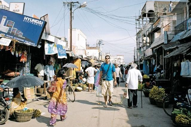 Привокзальная улица превращена в базар. Люди в этом городе редко видят европейцев. На улыбку улыбкой отвечает сразу вся улица )