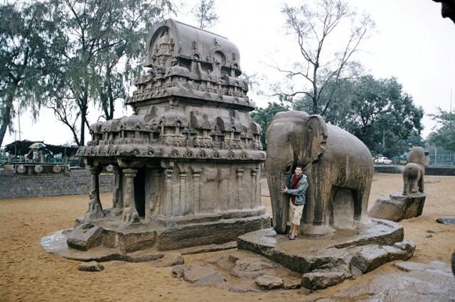Храм полностью высечен из скал. Слон в натуральную величину из цельного камня.