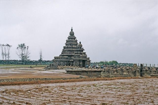 Самый старый храм в Махабалипурами - тоже около 3000 лет - последний храм из 6-ти составлявших комплекс - пять уже забрал океан - последний сохранен благодаря дамбе, устроенной по распоряжению Р. Ганди