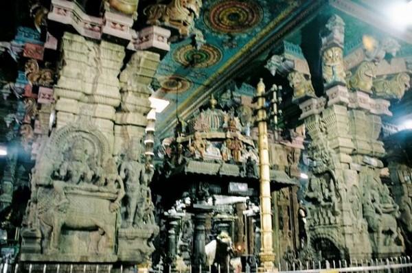Внутри громадные помещения с внутренними храмами невероятных конструкций и пестрыми красками